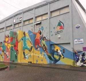La Municipalité a fait réaliser ce mois d'octobre une fresque sur la façade de la salle des Sports, rue de la Plage. Après une reprise totale de la façade, la fresque a pour objectif de promouvoir l'ensemble des associations sportives de la commune dans un style de street art par les artistes Skio (Paris, St Ouen) et de rendre agréable l'arrivée dans cet espace sportif.